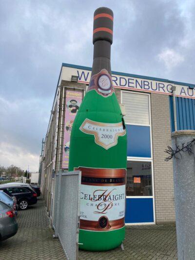 Opblaasbare champagnefles van 7 meter te huur